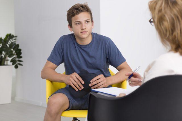 Подросток в кабинете врача