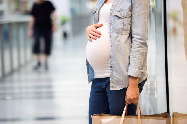 Беременная женщина в белой футболке