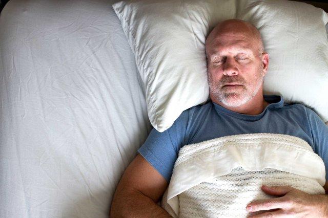 Мужчина лежит на кровати