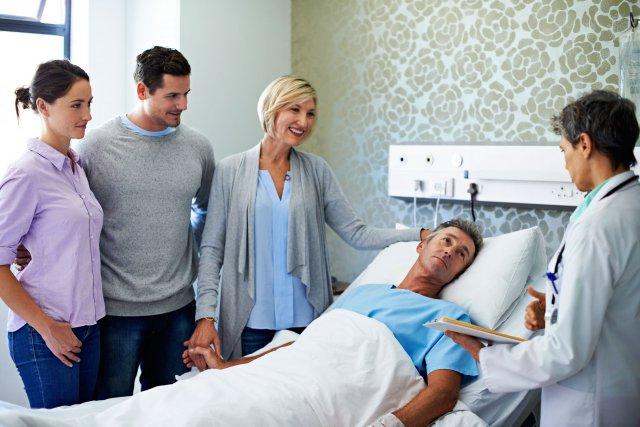 Больной с родственниками в больнице