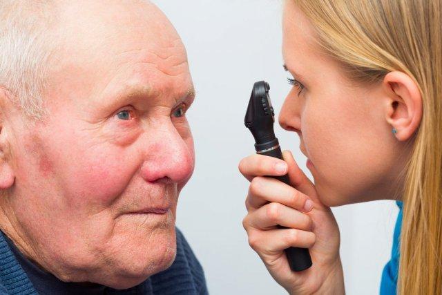 Пожилой мужчина и окулист