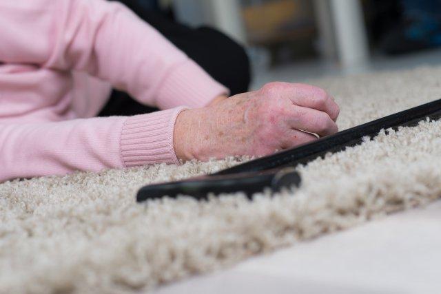 Пожилая женщина упала в обморок