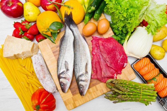 Рыба, мясо и фрукты с овощами