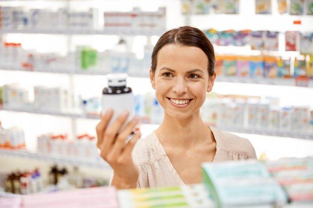 Женщина и флакон с лекарством