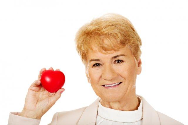 Пожилая женщина и красное сердце