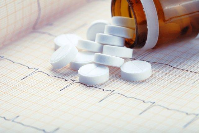 Белые таблетки и кардиограмма