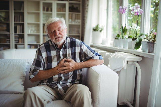 Боль в сердце у пожилого мужчины
