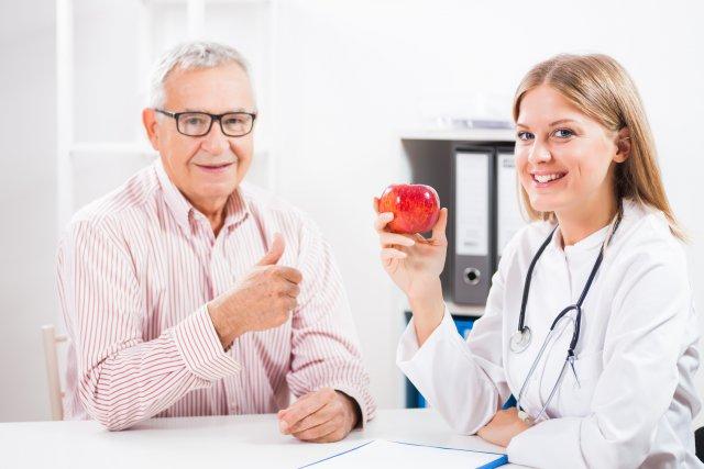 Женщина врач и пожилой мужчина