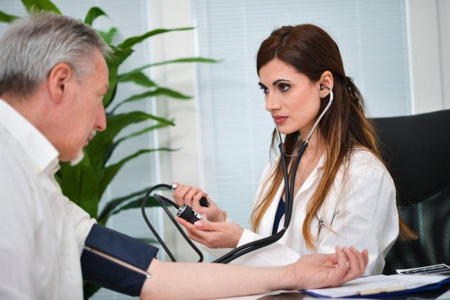 Доктор измеряет давление