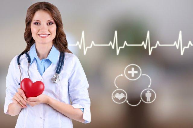 Молодой врач с сердцем и стетоскопом