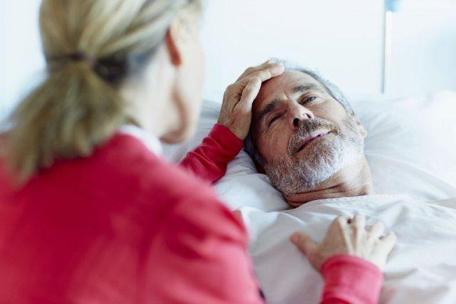 Больной и его родственник в больнице