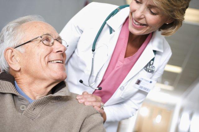 Пожилой мужчина врач