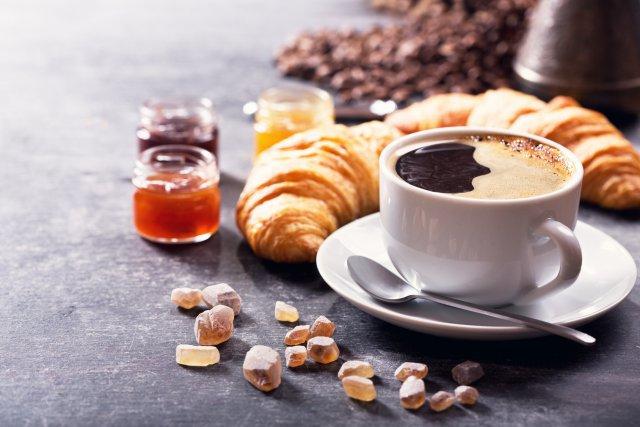 Чашка кофе и выпечка
