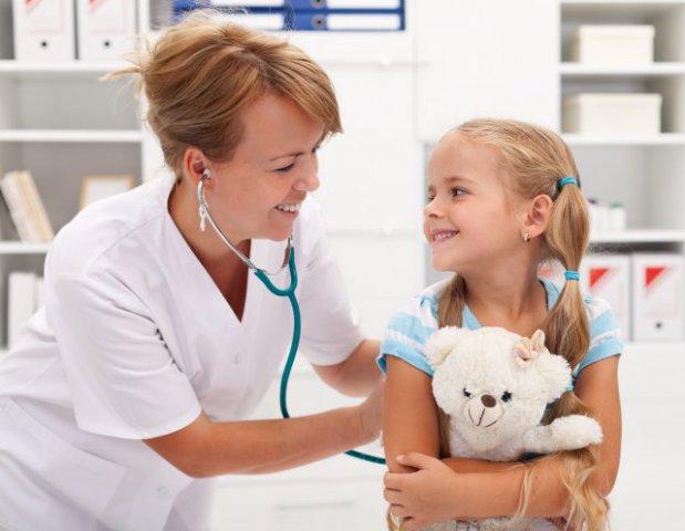 Педиатр и девочка с мишкой