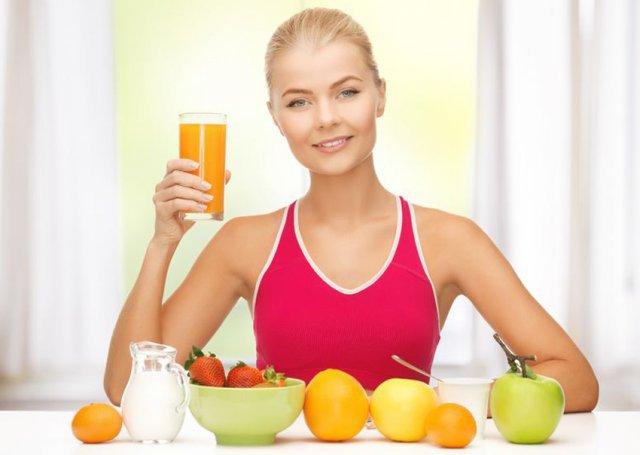 Молодая женщина, сок и фрукты