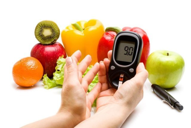Глюкометр и фрукты с овощами