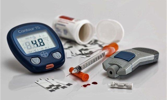 Глюкометр, лекарства и шприц