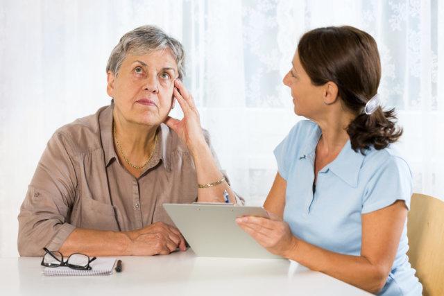 Пожилая женщина и доктор