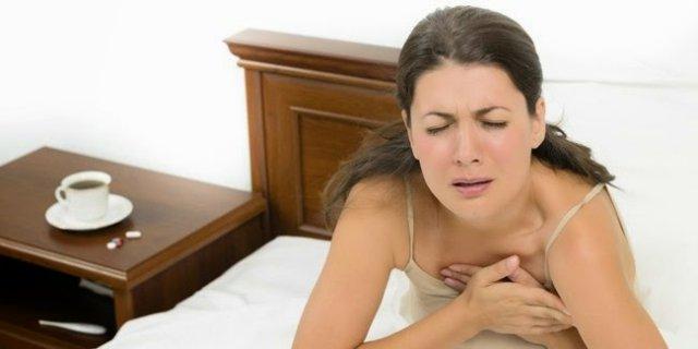 Женщина сидит в кровати
