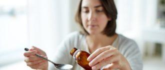 Женщина наливает лекарство в ложку