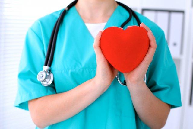 Врач с сердцем и стетоскопом