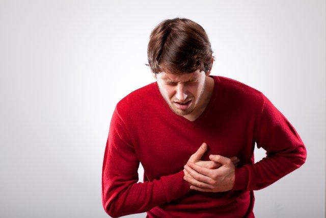 Мужчина с сильной болью в груди