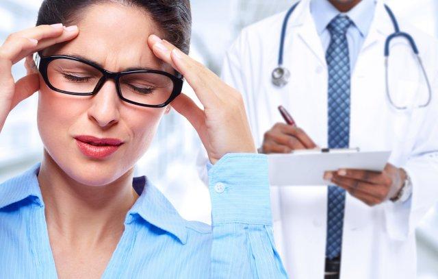Девушка и врач со стетоскопом