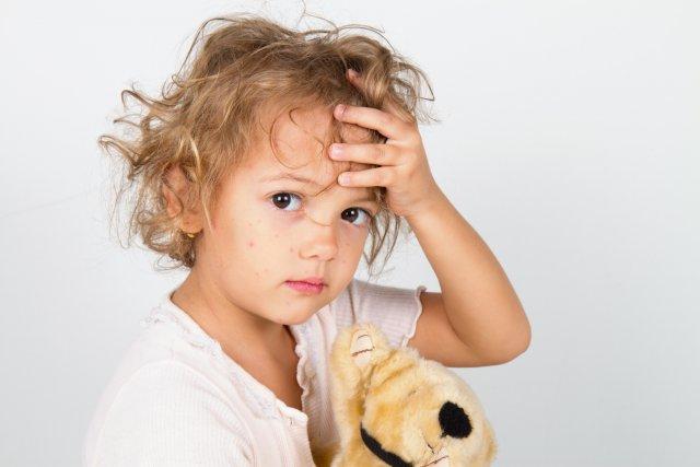 Ребенок с мягкой игрушкой