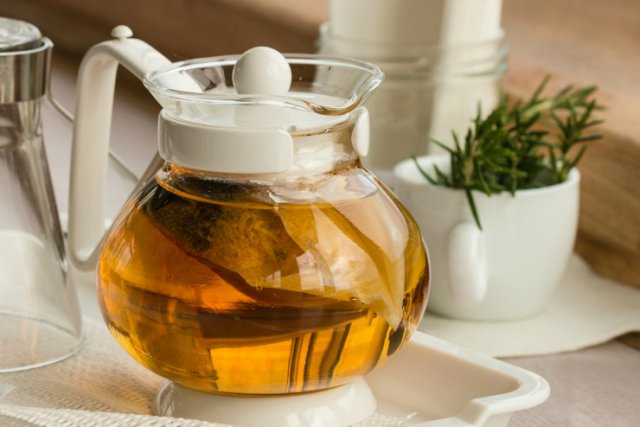 Травяной настой в чайнике