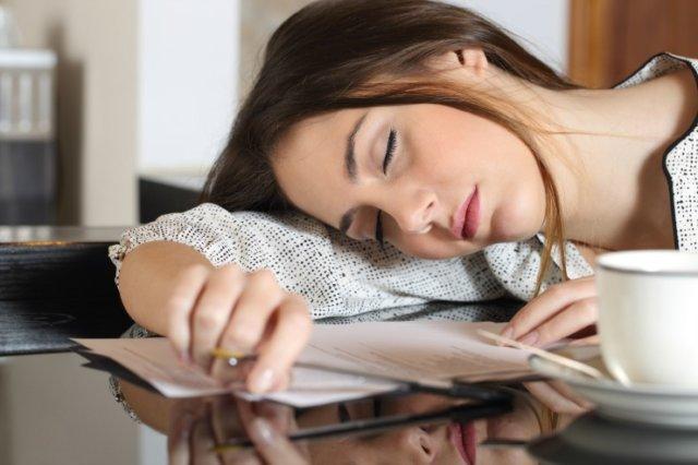 Девушка спит за столом